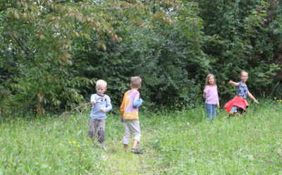 Kinder spielen am Waldrand